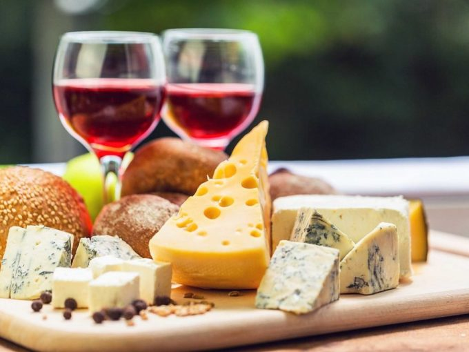 01_your_ultimate_guide_throwing_succesfuly_wine_cheese_party_textures_DragojaGagiTubic-1024x683